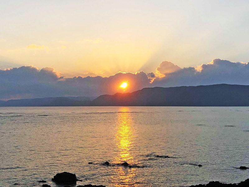 用安海岸 夕日 海面 光跡 ブルーライト奄美